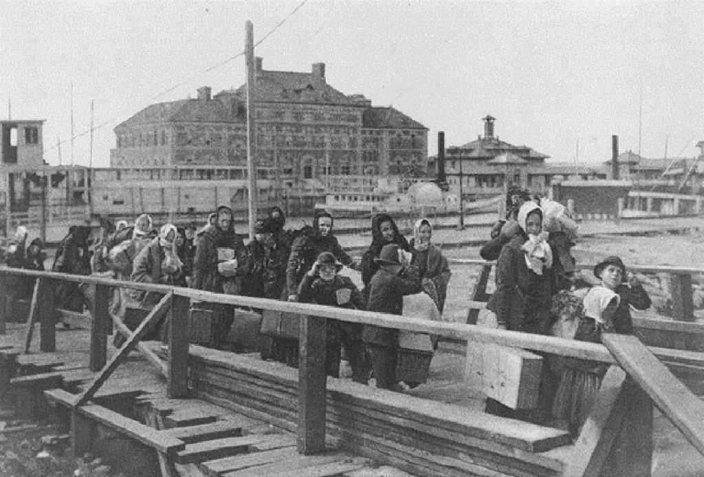 Ellis_Island_Immigrants