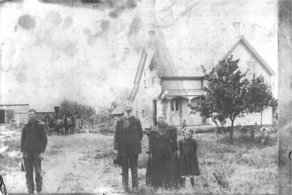 Bad Axe - Rowland, Lewis, Ruth, Nattie in front of farmhouse- abt 1910