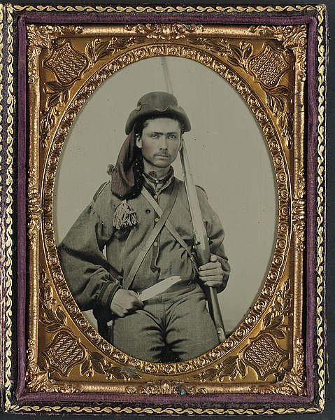 479px-Unidentified_soldier_in_Confederate_infantry_uniform_with_musket_and_Bowie_knife_LOC_6987395521